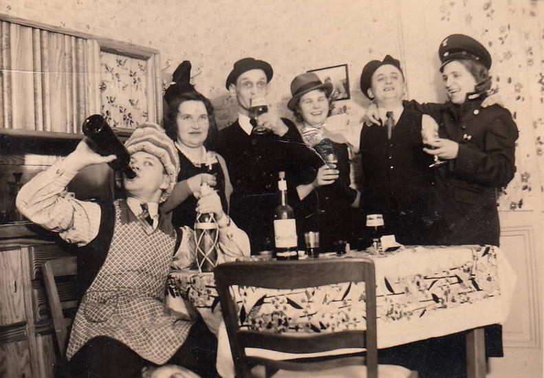 Blitzlicht, feier, flas, Flasche, schrank, silvester, Spaß, Stuhl, tisch, trinken, verkleidung