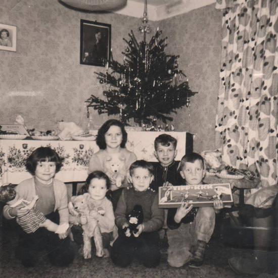 christbaum, geschenk, Geschwister, Kuscheltier, puppe, spiel, Spielzeug, stofftier, Tannenbaum, tipp kick, Weihnachten, Weihnachtsbaum, wohnzimmer