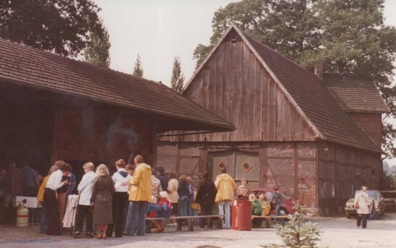 Bauernhof, Friesennerz, Gasflasche, Pfarrgemeinderat, Regenjacke, Regenjacken, rekord-d, Scheune, VW-Käfer, Wandertag