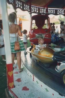 Mädchen im Kinderkarussell