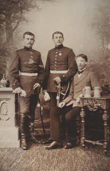 Junge Männer in Uniform