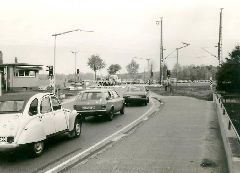 auto, Bahnübergang, Citroën 2CV, Eisenbahn, Ente, kadett-c, KFZ, Niederrhein, Nordrhein-Westfalen, PKW, Schranke, Verkehrsplanung, VW-Passat, wesel