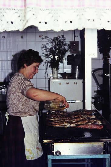 anbraten, Braten, essen, ferien, fisch, frau, Kanaren, Kochen, Küche, Öl, reise, Spanien, teneriffa, urlaub