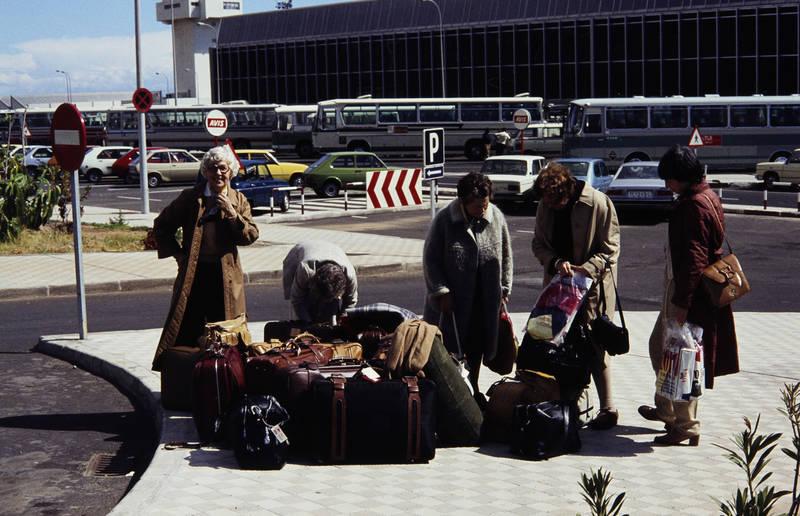 ankunft, auto, bus, ferien, fiat-127, Flughafen, Ford-Fiesta, Gepäck, KFZ, Koffer, Parkplatz, PKW, reise, Spanien, teneriffa, urlaub