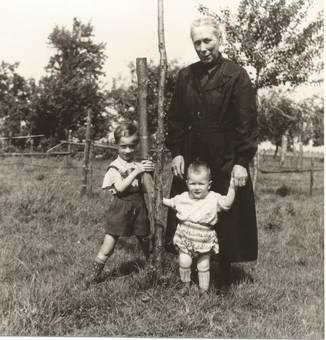 Maria Dahmen mit Enkelkinder.