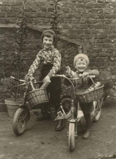 fahrrad, kinder, Kindheit, körbe, Ostereier, osterhase, Ostern, Tretroller, wimpel