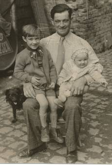 Stolzer Vater mit Kinder.