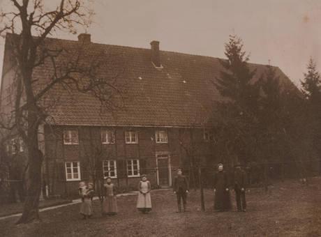 Vor dem Bauernhaus