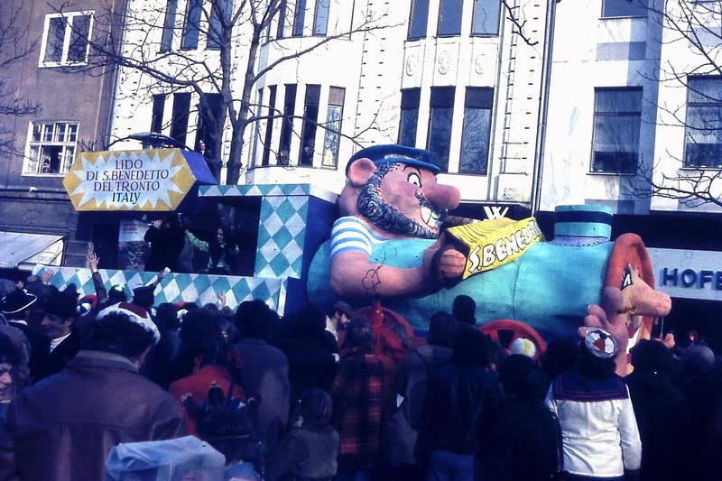 Düsseldorf, festwagen, karneval, karnevalsumzug, kö, königsallee, rosenmontag, Umzugswagen, WMF