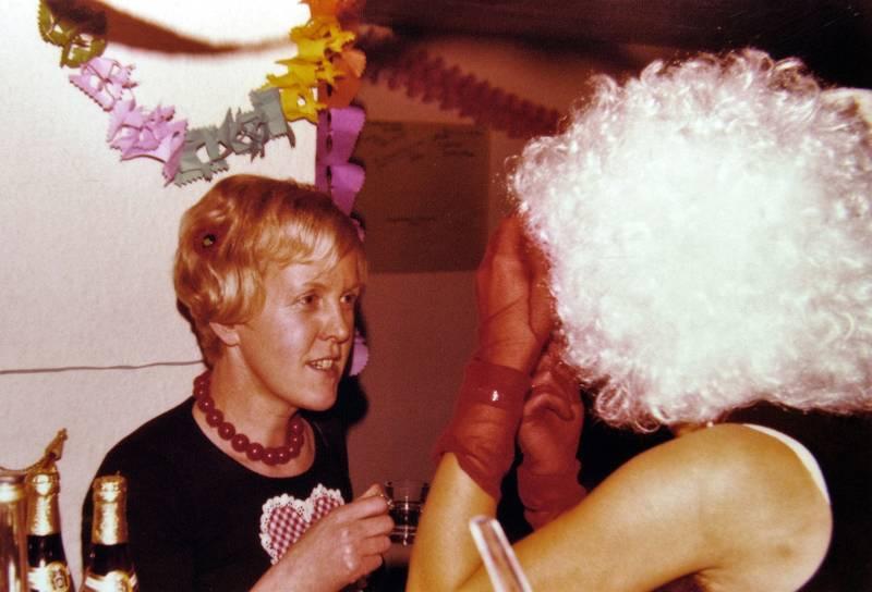 feier, Flasche, girlande, karneval, Kette, Kostüm, Partykeller, Perücke, Schnaps, verkleidung