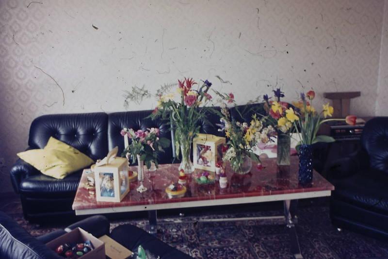 blumen, couch, familie, Ostern, ostertisch, tisch, wohnzimmer
