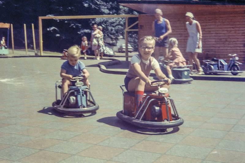 autoscooter, Brille, elektroauto, fahrzeug, Geschwister, kinderfahrzeug, Kindheit, Spaß