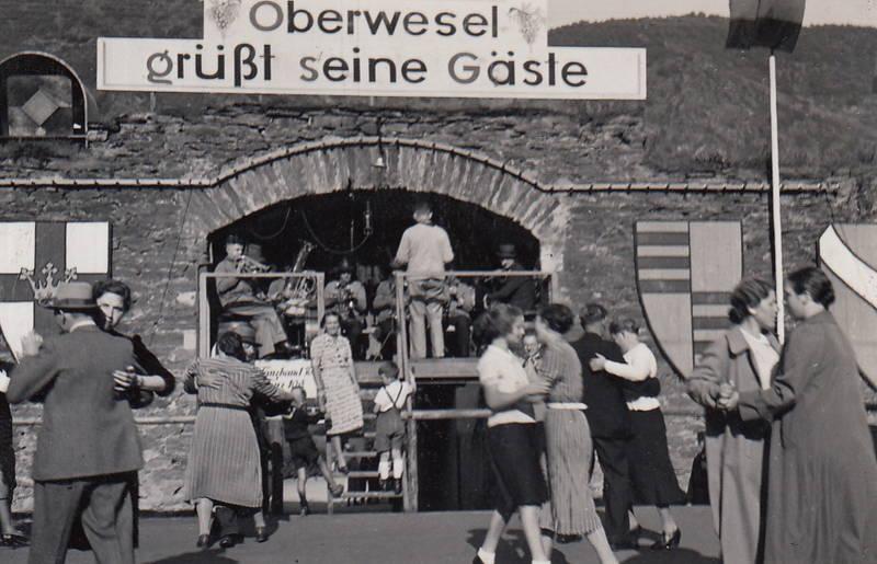 Oberwesel, Oberwesel grüßt seine Gäste, Schild, tanz, tanzen, Tanzpaar, wappen