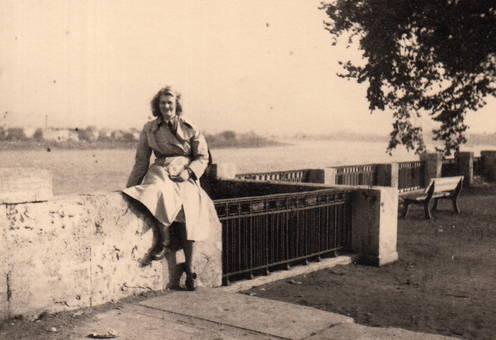 Ilse auf der Ufermauer