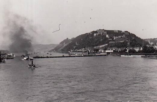 Rheindampfer an der Festung
