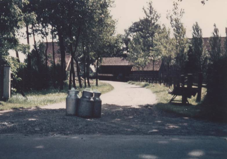 Bauernhof, Hof, Milchkanne, Milchkannen, Milchwagenfahrer