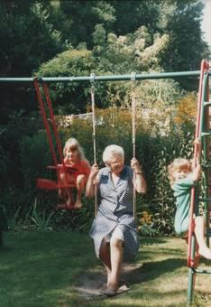 Mit Oma in der Schaukel
