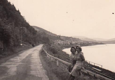 Zwei Frauen am Rhein