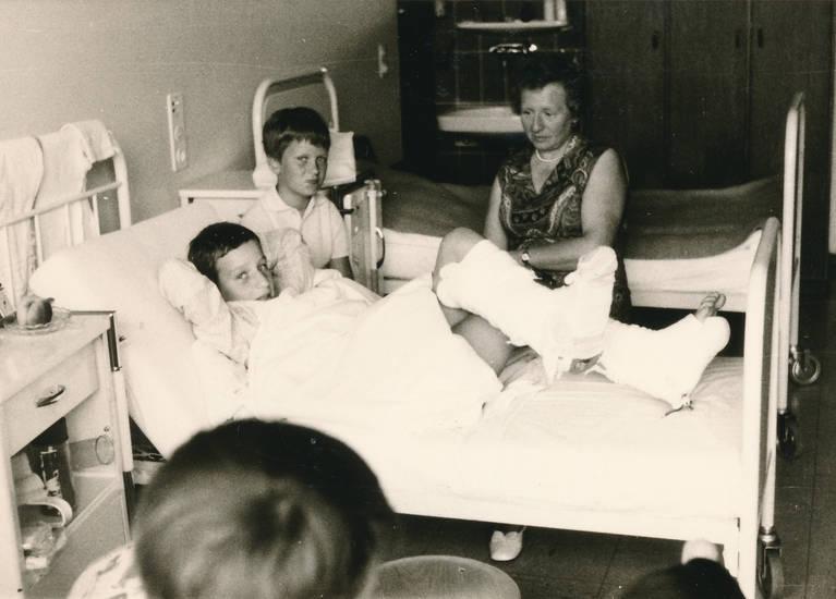 Bein, Besuch, Bruch, Gips, Kindheit, Krankenbett, krankenhaus, Krankenzimmer
