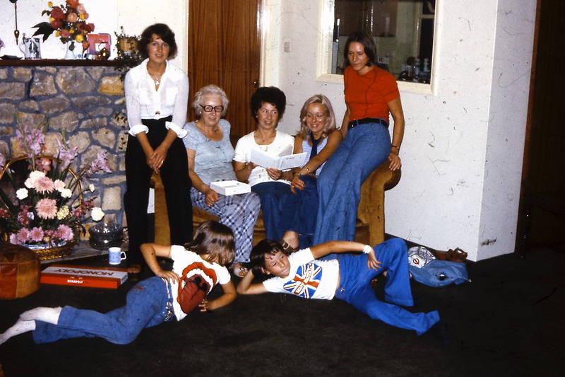blumen, Brettspiel, Bungalow, Kindheit, Lesen, mode, monopoly, Rucksack, spiel, tshirt, wohnzimmer