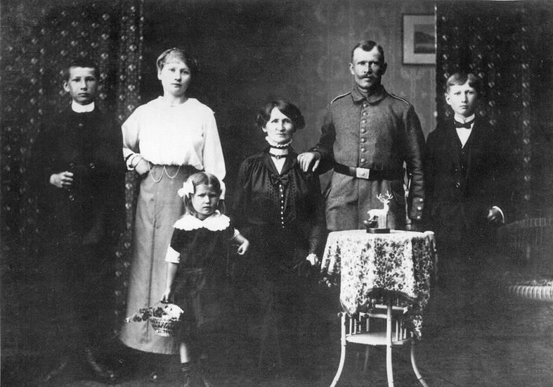 Eltern, familie, familienfoto, Fotoatelier, Geschwister, Kindheit, soldat, tisch, Uniform