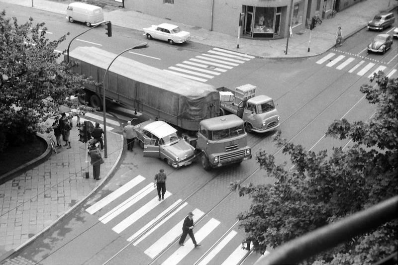 auto, autounfall, cranachplatz, Düsseldorf, KFZ, laster, LKW, PKW, rekord-p1, rekord-p2, unfall, VW-Bulli, VW-Käfer, Zebrastreifen