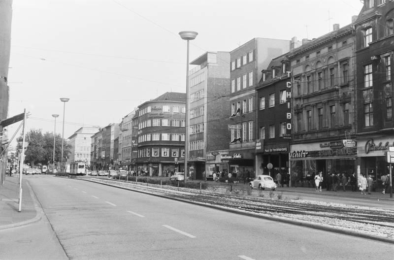 auto, Duisburg, Einkaufsstraße, geschäft, gloria, haus der herrenkleidung, innenstadt, KFZ, königstraße, PKW, stiegler, Straßenbahn, strathmann, Tchibo, VW-Käfer
