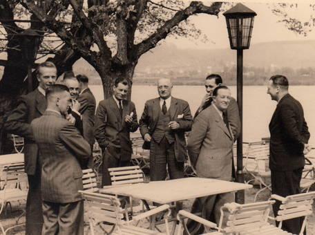 Herrenrunde im Gartenlokal