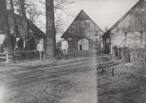 Soldaten auf dem Hof Grüter