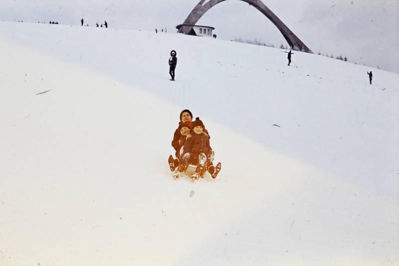 familie, Kindheit, rodeln, schlitten, schlitten fahren, schnee, Spaß, Sprungschanze, winter, Winterberg