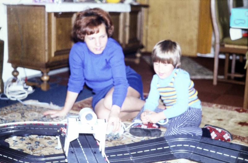Carrera, carrera bahn, familie, kind, Kindheit, Rennbahn, spielen, Spielzeug, Spielzeugauto