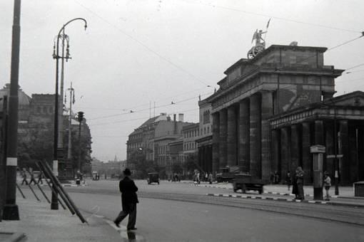 Hinter dem Brandenburger Tor