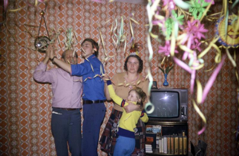 familie, Feiern, Fernseher, kind, Kindheit, Luftschlange, tanzen