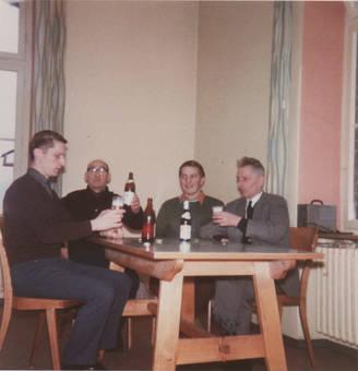 4 Mann in einem Zimmer
