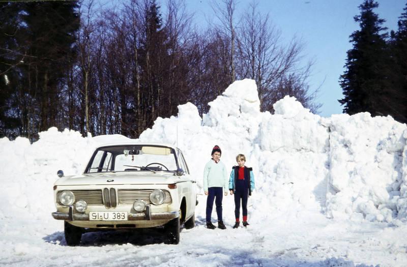 auto, BMW, bmw-2000, Kennzeichen, KFZ, Kindheit, mode, PKW, schnee, Siegen, winter, Wintermode, Zusatzscheinwerfer