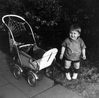 Kind mit Kinderwagen