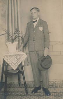 Mit Anzug und Hut