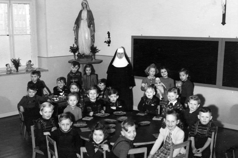 Christentum, christlicher kindergarten, essen, Kindergarten, Kindheit, mittag, Mittagessen, nonne, schule, tafel