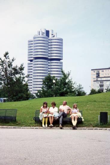 Bank, bayern, BMW, BMW-Vierzylinder, familie, ferien, Hochhaus, münchen, park, reise, urlaub