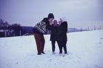 Familienspaziergang im Schnee