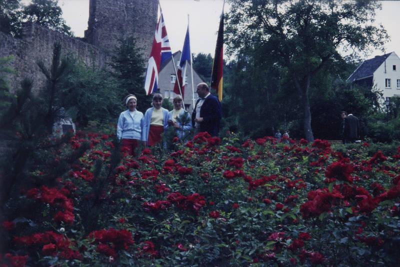 ausflug, deutschland, fahne, familie, familienfoto, flagge, Frankreich, GRoßbritannien, park, Rosen, rosenbusch