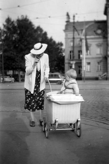 ausflug, hut, kinderwagen, Kindheit, Koblenz, mode, Mutter, spaziergang, Stadthalle