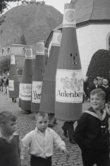 Aalenberg, kind, Kindheit, Kostüm, Matrosenanzug, Umzug, wein, Weinflasche