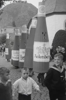 Die Weinflaschen kommen