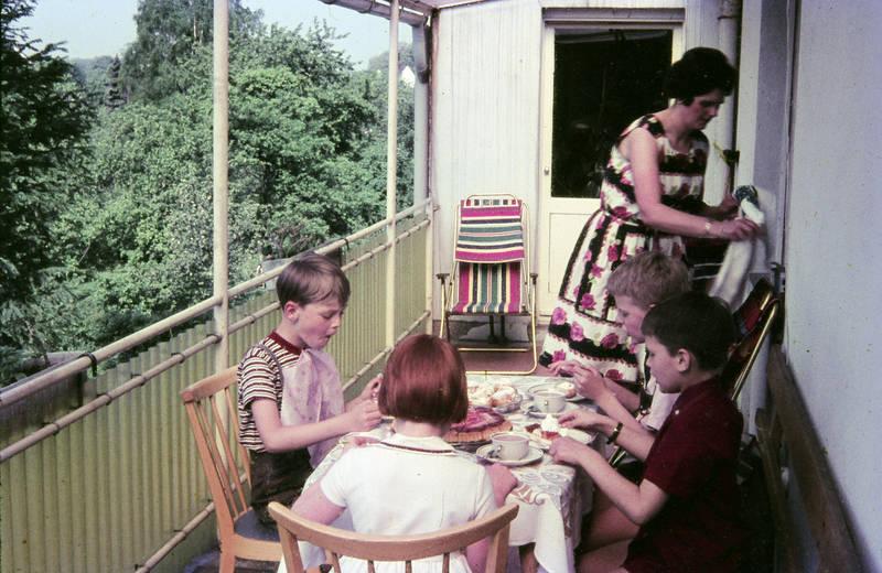 Balkon, Kakao, Kindheit, kuchen, lederhose, Liegestuhl, Stuhl, tisch, windbeutel