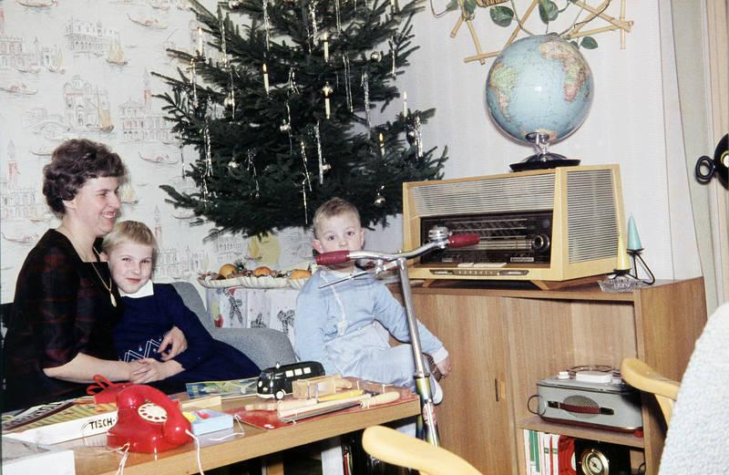 christbaum, fahrrad, geschenk, Globus, Kindheit, Radio, Roller, Schallplattenspieler, Spielzeug, Tannenbaum, tapete, telefon, tonband, VW-Bulli, Weihnachten, Weihnachtsbaum