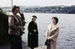 Drei Frauen am Fluss