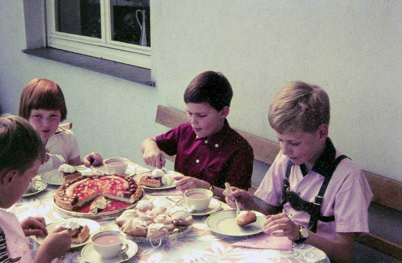 Balkon, essen, Kakao, kinder, Kindheit, kuchen, lederhose, obstkuchen, Sahne, serviette, tasse, windbeutel