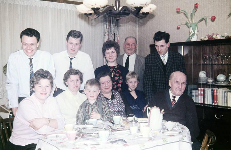 familie, Familienfeier, Großeltern, Kindheit, kuchen, kuchenplatte, Mutter, schrank, vater, wohnzimmer