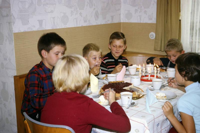 essen, geburtstag, geburtstagskerzen, Geburtstagskuchen, Kindergeburtstag, Kindheit, kuchen, mahlzeit